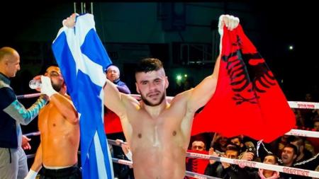 Κικ-μπόξερ πανηγύρισε παγκόσμιο τίτλο κρατώντας ελληνική και αλβανική σημαία