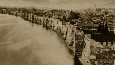 Για πρώτη φορά: Η μόνη φωτογραφία της Θεσσαλονίκης με παραθαλάσσια τείχη -Από το 1860 [εικόνα]