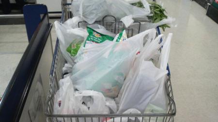 Και επίσημα τέλος οι δωρεάν πλαστικές σακούλες – Πόσο θα κοστίζουν