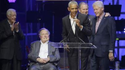 Σπάνια συνάντηση: Οι 5 εν ζωή πρώην πρόεδροι των ΗΠΑ μαζί στη σκηνή [εικόνες & βίντεο]