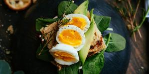 Οι τροφές με λιπαρά που βάζουν «φωτιά» στο μεταβολισμό σου