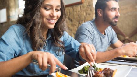 Να γιατί, σύμφωνα με έρευνα, πρέπει πάντα να τρώμε με παρέα και ποτέ μόνοι μας