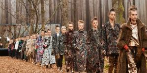 Αυτός είναι ο λόγος που οι γυναίκες θέλουν να έρθει ο επόμενος χειμώνας -Τον βρήκαμε στο δάσος της Chanel [εικόνες]