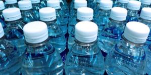 Μικροσκοπικά κομμάτια πλαστικού πίνουμε μαζί με το εμφιαλωμένο νερό