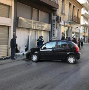 Καστοριά: «Μπούκαρε» αυτοκίνητο σε βιτρίνα στην 11ης Νοεμβρίου