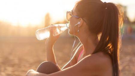 Πόσο νερό πρέπει να πίνουμε την ημέρα; Υπολόγισέ το εύκολα και γρήγορα