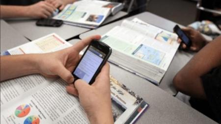 Τέλος… εποχής στα σχολεία! Ο Γαβρόγλου απαγορεύει τα κινητά στους μαθητές