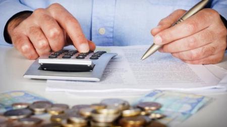 Νέα ρύθμιση χρεών σε εφορία και Ασφαλιστικά Ταμεία με κούρεμα και πολλές δόσεις (πίνακες)