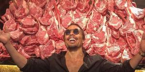Ποιος είναι ο Salt Bae που ανοίγει εστιατόριο στη Μύκονο -Μπριζόλες 300 ευρώ και σόου με τη viral κίνηση που αλατίζει [εικόνες]