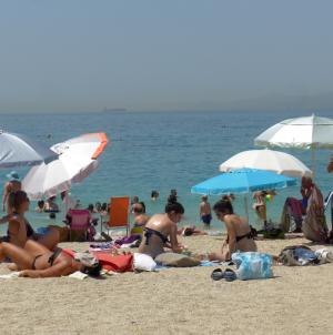 Παραλία: Κόλπα για να μειώσετε την αφόρητη ζέστη εκεί που κάθεστε [vid]