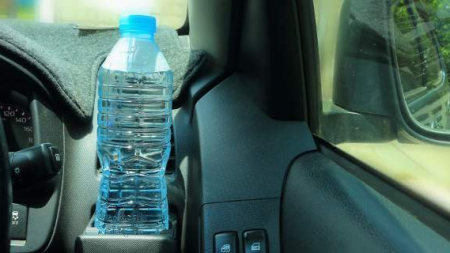Γιατί ποτέ (μα ποτέ) δεν πρέπει να αφήνεις μπουκάλια με νερό στο αυτοκίνητο [εικόνες]