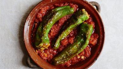 Γεμιστές πιπεριές με κόκκινη σάλτσα