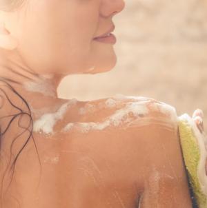 To λάθος που κάνει μια γυναίκα όταν πλένεται στο ντους και βάζει σε κίνδυνο την υγεία της