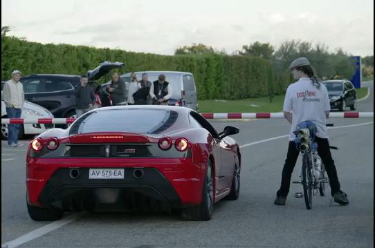 Ποδήλατο-πύραυλος ρίχνει σκόνη σε μια Ferrari