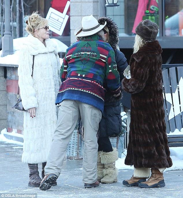 Να τες οι μεγαλοκοπέλες Γκόλντι Χώουν & Μέλανι Γκρίφιθ στο 'Ασπεν με τα ουάου γούνινα παλτό τους & ένα συνοδό αντοχής στο χρόνο! (Φωτό)