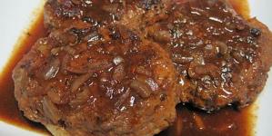Μπιφτέκια με σάλτσα από κρεμμύδια και κέτσαπ