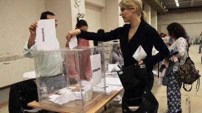 Η Τζάκρη ψήφισε στο Συνέδριο του ΣΥΡΙΖΑ κρατώντας μια ακριβή Prada [εικόνες]