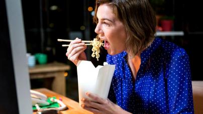 Γιατί το μεσημεριανό στο γραφείο μπορεί να σε κάνει αντιπαθή -Ποιες τροφές ενοχλούν τους γύρω σου
