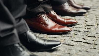 Αντρικό λουκ: Τα 8 παπούτσια που οι γυναίκες μισούν να φορούν οι άντρες