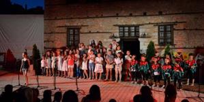Τα παιδιά τραγουδούν μαζί με τους γονείς, από τον Αθανάσιο Χριστόπουλο