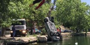 Αυτοκίνητο έπεσε μέσα στη λίμνη