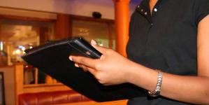 Με προσλήψεις μπάρμαν, σερβιτόρων, λαντζέρηδων το ρεκόρ του Απριλίου στην απασχόληση