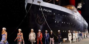 Η Chanel έφτιαξε λιμάνι και έφερε κρουαζιερόπλοιο καταμεσής του Παρισιού  [εικόνες & βίντεο]
