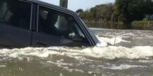 Πώς να επιβιώσετε αν το αυτοκίνητό σας πέσει στο νερό (βίντεο)