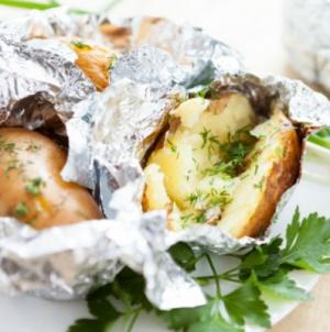 Πατάτες τυλιχτές με τυρί και μυρωδικά