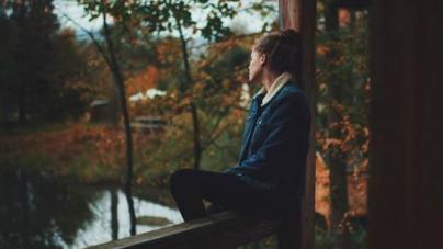 Γιατί μελαγχολούμε το φθινόπωρο; Πώς ο καιρός μπορεί να επηρεάζει την ψυχολογία