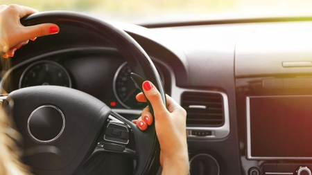 12 πράγματα που δεν πρέπει να αφήνετε ποτέ μέσα στο αυτοκίνητο