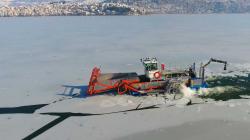 Σουρεαλιστική εικόνα του πολυμηχανήματος που διασχίζει τη λίμνη της Καστοριάς σπάζοντας τους πάγους.