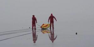 ΕΤΑΚ: Άσκηση διάσωσης θύματος στην παγωμένη λίμνη – Φωτογραφίες