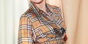 Οι πιο στιλάτες γυναίκες κάθε γενιάς φορούν το vintage καρό του οίκου Burberry ξανά