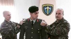 Στιγμές συγκίνησης: Ο Υποστράτηγος Γρ. Γρηγοριάδης περνά το αστέρι του Ανθυπολογαχού στο παιδί του κατά την απόλυση του (Φωτο)