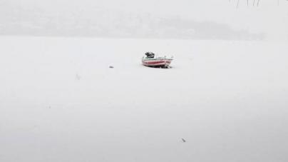 Σπάνιο θεάμα: Σε «λευκή πεδιάδα» μετατράπηκε η λίμνη της Καστοριάς [εικόνες]