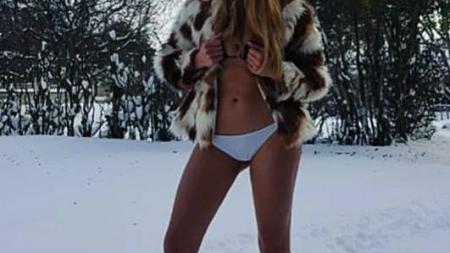 Τολμηρή Κοζανίτισσα ποζάρει, αλά Κένταλ Τζένερ, με το μαγιό της μέσα στα χιόνια [εικόνα]