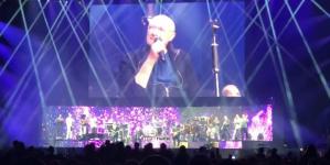Συγκίνηση: Ο Φιλ Κόλινς έδωσε συναυλία ακινητοποιημένος σε κάθισμα -Τον αποθέωσε το κοινό [βίντεο]