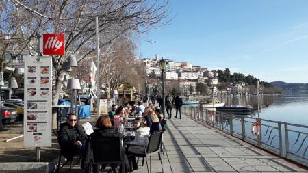 Ανοιξιάτικη ημέρα χθες στην Καστοριά, γέμισαν οι καφετέριες και τα εστιατόρια δίπλα στη λίμνη!
