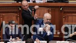 Επεισόδιο στην αλβανική Βουλή -Πέταξαν μελάνι στο πρόσωπο του Έντι Ράμα [βίντεο]