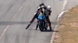 Απίστευτο σε αγώνα μοτοσικλετών: Κρεμάστηκε στη μηχανή αντιπάλου, έπαιξαν μπουνιές