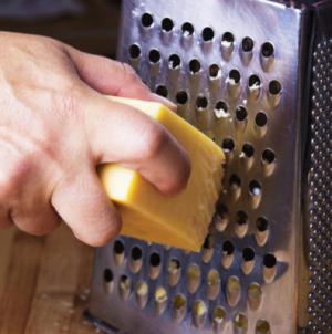 Τρίβατε το τυρί λάθος τόσα χρόνια! Δείτε πώς γίνεται κανονικά… [vid]