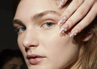 Κοσμήματα προσώπου: Η νέα τάση στο μακιγιάζ, δεν θέλει καλλυντικά αλλά μαργαριτάρια