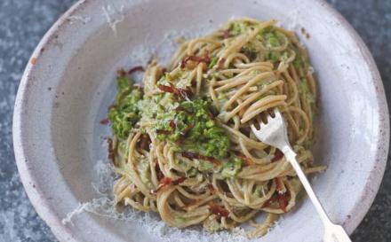 Ο Τζέιμι Όλιβερ αφαίρεσε τα λιπαρά από την καρμπονάρα και άφησε τη γεύση -Πανεύκολη και super light συνταγή