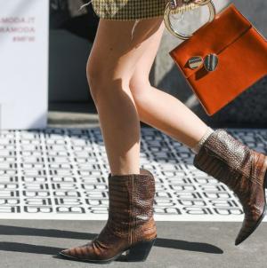 Τα μποτάκια που μπορείς να φοράς μέχρι το καλοκαίρι -Με φορέματα, φούστες και σορτς