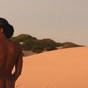 Εκθαμβωτική: Η Ναόμι Κάμπελ στα 49 ποζάρει γυμνή στην έρημο [εικόνα]