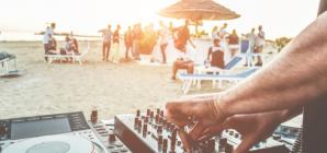 Τέλος τα beach bar – Δείτε τι ζητούν οι πλούσιοι ταξιδιώτες