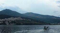Κρουαζιέρα με το ηλιακό καραβάκι στη λίμνη της Καστοριάς (σειρά φωτογραφιών – βίντεο)