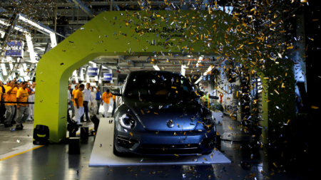 Τέλος για το «κατσαριδάκι»: Ο τελευταίος «σκαραβαίος» βγήκε από το εργοστάσιο της Volkswagen [εικόνες]