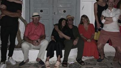 Ο Bono των U2 κάνει διακοπές στην Υδρα – Η φωτογραφία έξω από το σπίτι του Λέοναρντ Κοέν [εικόνες]
